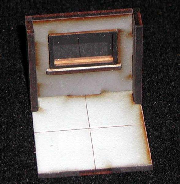 Zwei Wandelemente mit Fenstern auf normaler Wohnraumhöhe gehören zum Lieferumfang. Incl. Fensterscheibe aus Acrylglas. Modulares Terra-Blocks™ Tabletop Gelände von Sally 4th