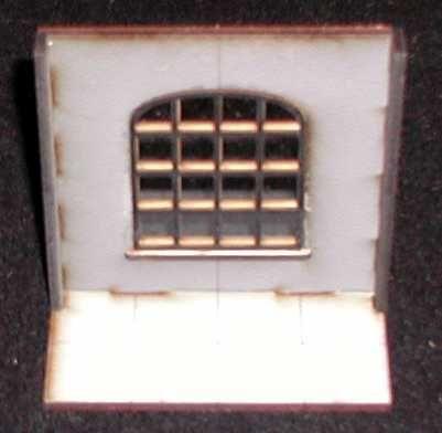 Zum Fenster gehört das Fenstergitter und eine Fensterscheibe aus transparenten Acryl. Modulares Terra-Blocks™ Tabletop Gelände von Sally 4th