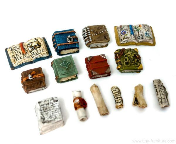 Books and Scrolls / Bücher und Schriftrollen