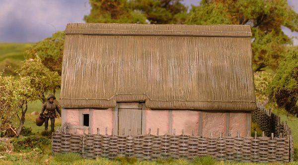 Breitseite des Hauses mit Zaun im Vordergrund