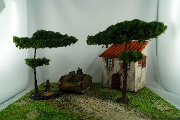 Hier sind beide Bäume des Lieferumfanges im Vergleich zu 1/56 bzw. 28mm Modellen von Warlord Games zu sehen.