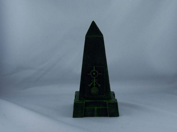 kleiner Obelisk mit Sockel