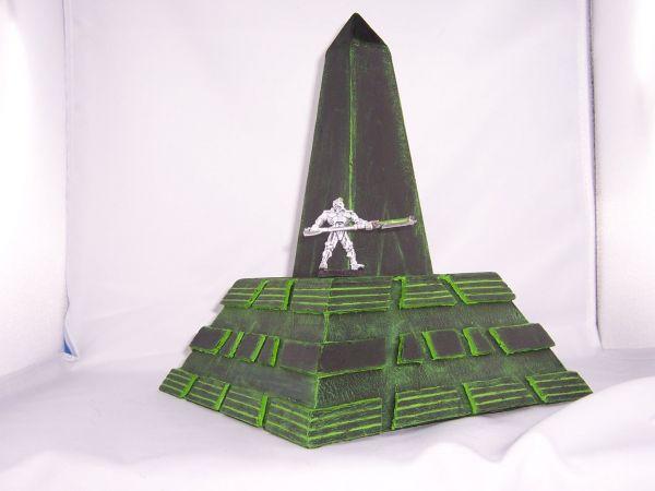 Pyramide, stumpf mit Obelisk und Figur