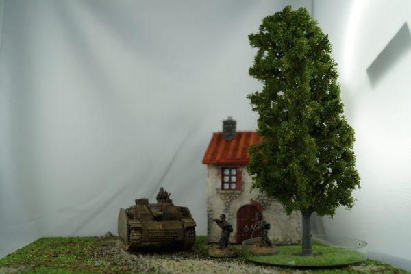 Im Größenvergleich mit 28mm / 1:56 Miniaturen der Firma Warlord Games
