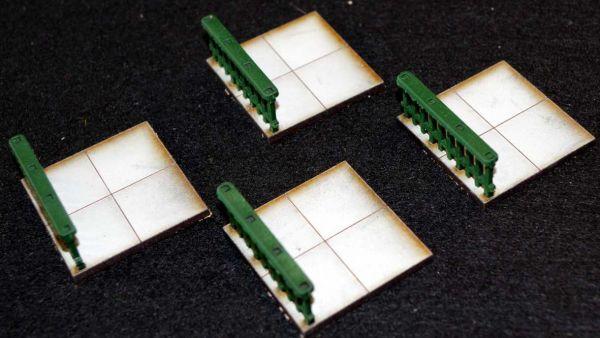4 Geländer mit Bodenplatte sind im Lieferumfang enthalten. Modulares Terra-Blocks™ Tabletop Gelände von Sally 4th