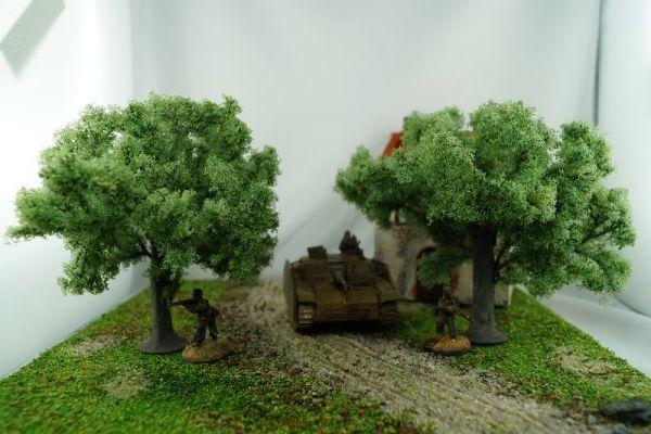 Die beiden Olivenbäume sind etwa gleich groß, hier im Maßstab zu 28mm bzw. 1/56 Modellen von Warlord Games